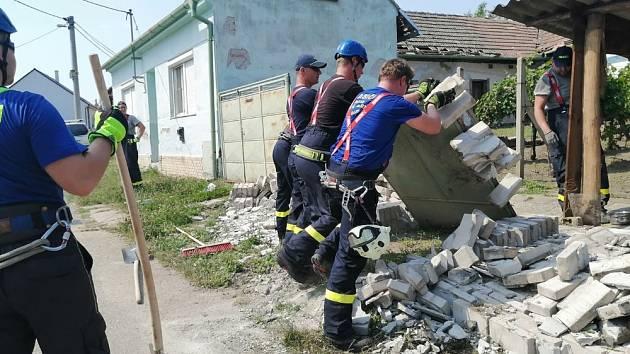 Hasiči ze Starého Města pomáhali v Moravské Nové Vsi zasažené tornádem.