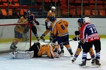 DALŠÍ ZKLAMÁNÍ. Děčínští hokejisté (v tmavých dresech) na vlastním ledě prohráli s Kláštercem. Na snímku zasahuje klášterecký brankář Damašek.