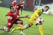 NEUTEČEŠ! Kapitán Varnsdorfu Míra Hozda (v červeném) v utkání proti Jihlavě.