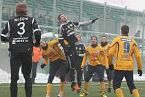 REMÍZA. Fotbalisté Varnsdorfu (ve žlutém) plichtili v Příbrami 1:1.