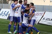 JASNÁ VÝHRA. Fotbalisté Znojma (v bílém) porazili doma Varnsdorf 3:0.