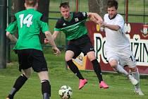 VILÉMOV (bílé dresy) padl s Nymburkem díky penaltě v nastaveném čase.