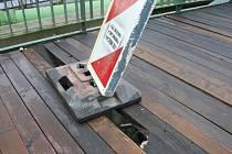 Mostek na Starém městě se propadá.