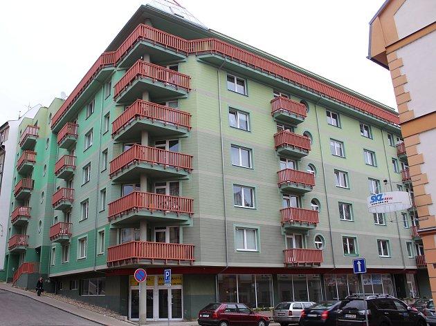 Problémový dům v Tržní ulici v Děčíně – Podmoklech bude nově hlídat domovník.