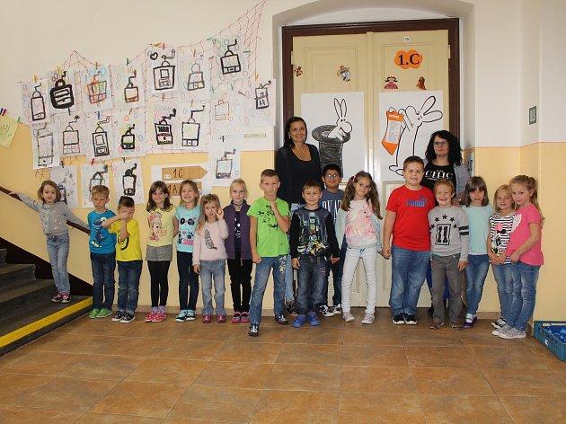 Žáci 1.C ze ZŠ Máchovo nám. spaní učitelkou Markétou Kopeckou a asistentkou pedagoga Martinou Hypiusovou.