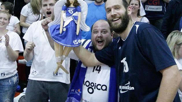 FANOUŠEK. Josef Bára (vlevo) oslavuje v Pardubicích postup Děčína do finále play-off.