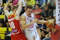 JE TO DOMA! Basketbalisté Děčína (v bílém) ve třetím utkání play-off porazili Pardubice 90:81.