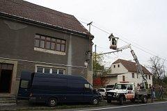 Dům, kde byla pěstírna konopí. Energetici ho museli na žádost policie odpojit od proudu.