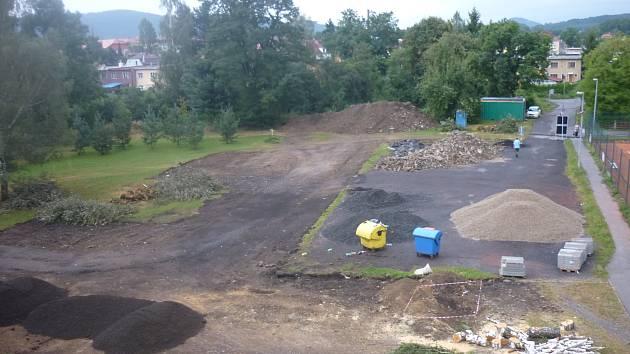Ve Varnsdorfu odstartovala revitalizace sídliště. Zmizela část zeleně, lidem to vadí.