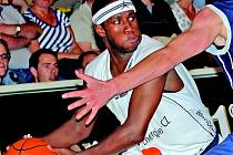 Triumf už neobhájí. Popáté v řadě na pomyslný trůn nejlepšího sportovce děčínského regionu už basketbalista Levell Sanders s míčem neusedne. Po uplynulém ročníku totiž přestoupil do Pardubic. o to napínavější letošní anketa bude. Kdo ho asi nahradí.