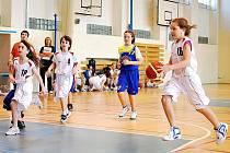 Mladičké děčínské basketbalistky (v bílém) dvakrát porazily Skřivánek.