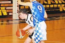 V souboji dvou devítek děčínský Radek Hanák s míčem.