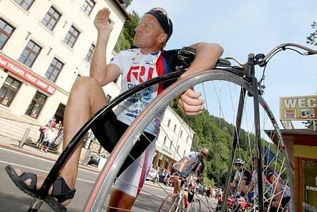 Několikanásobný mistr světa v jízdě na vysokém kole Josef Zimovčák v neděli odpoledne překročil ve Hřensku státní hranice.