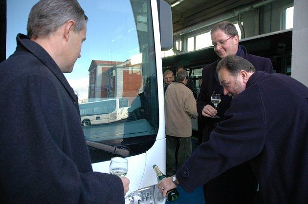 Včera vedení městské akciovky převzalo od zástupce prodejní firmy pět nových autobusů  značky Mercedes Benz