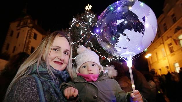 V Benešově nad Ploučnicí v pátek v podvečer rozsvítily  vánoční domů se zahradou  a vánoční strom na náměstí.