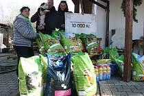 Hajja Caffé věnovalo útulku krmení, hračky i čistící prostředky.