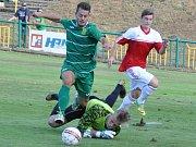 PORÁŽKA. Fotbalisté týmu Modrá/Hrobce (červenobílá) prohráli v Žatci 1:5.