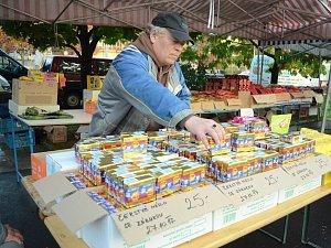 Prodej másla na trhu