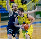 PÁTÉ VÍTĚZSTVÍ. Basketbalisté Děčína (v tmavém) vyhráli v Opavě 77:61.