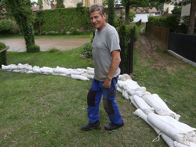 Lidé vArnolticích mají obavy zdalšího deště, stavěli proto hráze spytlů.