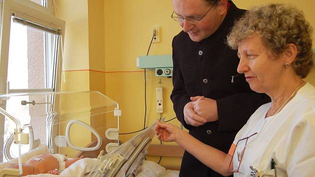 První děčínské miminko přišel přivítat primátor