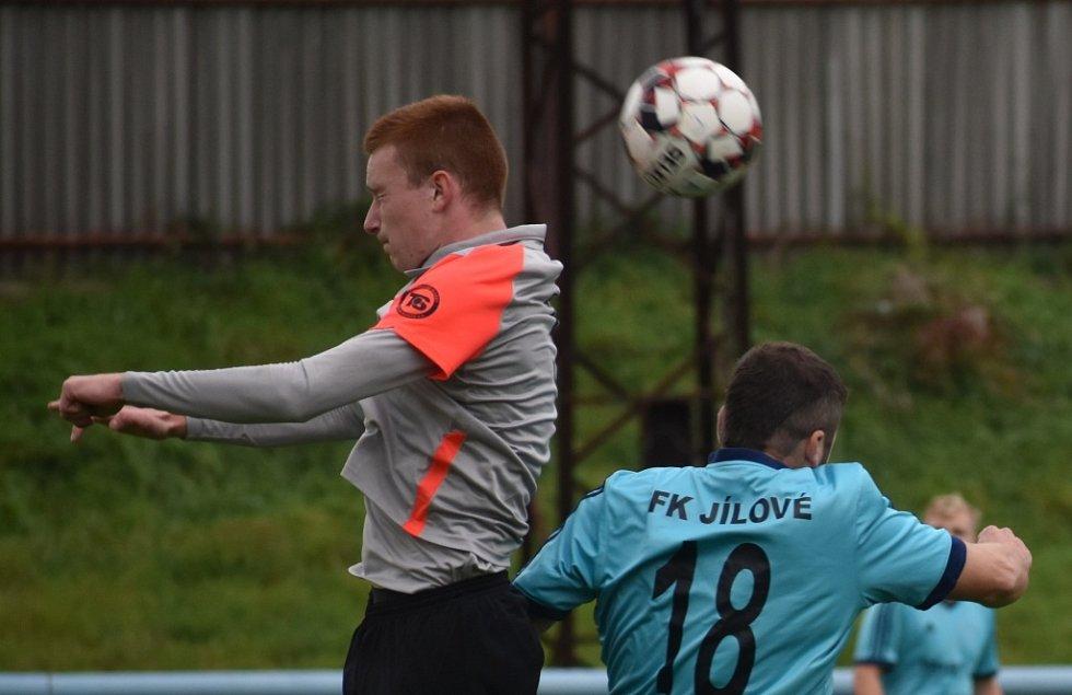 Fotbalisté Jílové (modré dresy) doma porazili tým Most-Souš B 5:2.