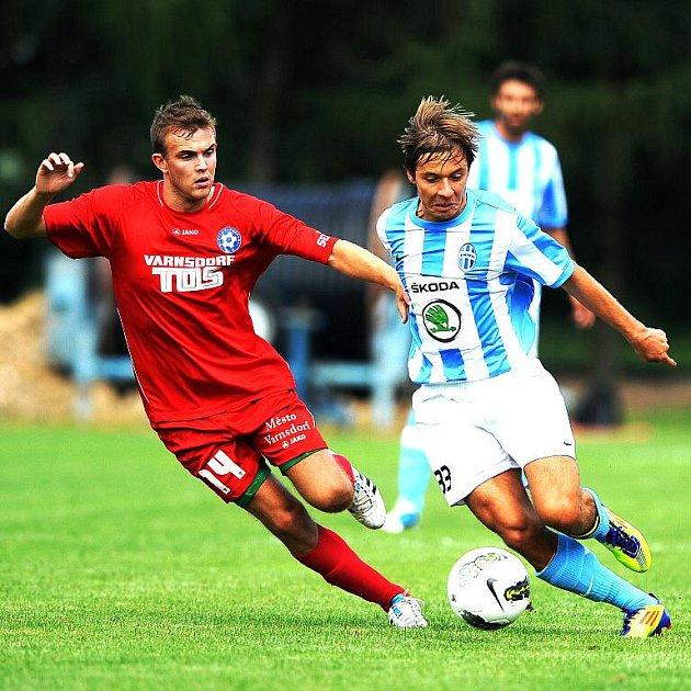 NA ÚVOD PORÁŽKA. Fotbalisté Varnsdorfu (v červeném) podlehli 0:2 Mladé Boleslavi.