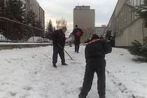 Sníh uklízejí i strážníci a asistenti prevence.