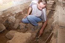 Další napjatě očekávané archeologické nálezy by mohly přinést právě zahájené práce na hlavním nádvoří.