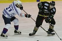 NEPŘEKVAPILI. Děčínští hokejisté (v bílém) nestačili na Sokolov a prohráli 1:5.