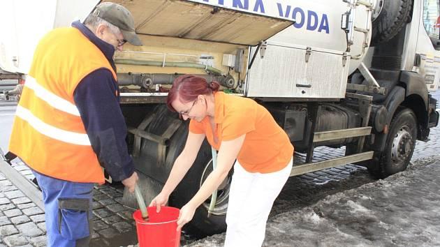 ZÁSOBOVÁNÍ VODOU bylo zajištěno cisternami.