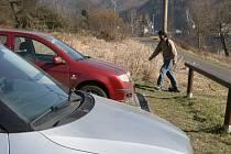 Zloději jdou po věcech v autech, krade se také u Labské cyklostezky.