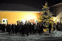 Slavnostní večer ve Starých Křečanech byl zakončený rozsvícením vánočního stromu.