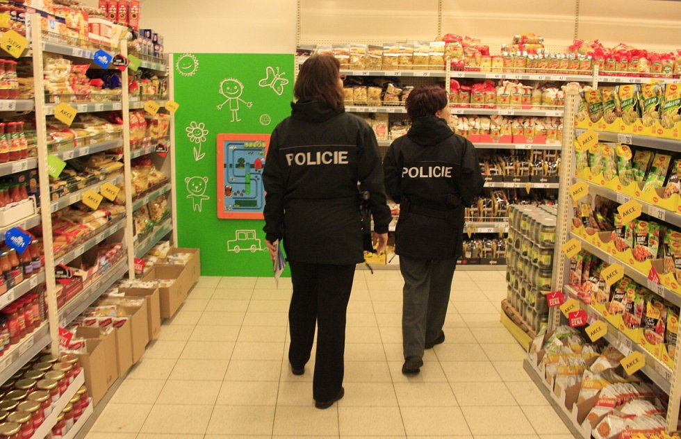 Policisté chodili ve středu dopoledne po jednom z děčínských hypermarketů.