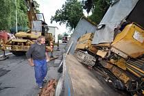 Třicetitunové auto s vrtnou plošinou se při průjezdu přes most v centru města zaseklo a poškodilo jeho konstrukci.
