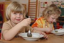 Rodiče malých dětí si musí zajistit hlídání.