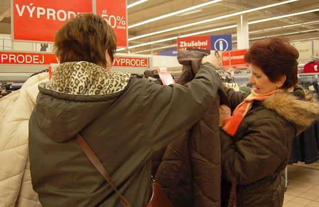 """Na povánoční slevy oblečení čekaly i Daniela Trníková a Jana Krupičková z Děčína. """"Chci si koupit bundu a nyní ušetřím až polovinu z původní ceny,"""" řekla Trníková"""