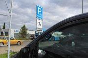 Rozšířená parkovací místa pro rodiny jsou na některých parkovištích obchodních řetězců.