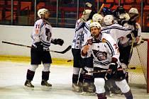 KAPITÁN HC DĚČÍN Michal Oliverius v popředí, v pozadí se radují jeho spoluhráči z vítězství nad Kobrou Praha.