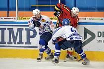 DALŠÍ BODY. Hokejisté Děčína (na archivním snímku v bílém proti Jablonci) vyhráli v Sokolově 4:3 po prodloužení.