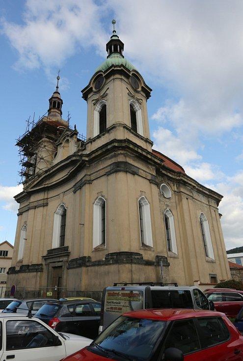 Do kostela sv. Václava si v pondělí odpoledne našlo cestu na mši svatou několik desítek lidí.