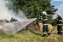 Požár balíků slámy na křižovatce ulic Plavecká a Svatopluka Čecha ve Varnsdorfu.