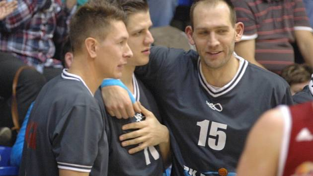 BEZ PROBLÉMŮ. Děčín (v bílém) doma nezaváhal, Svitavy porazil jasně 86:63. Upevnil si tak druhé místo v NBL.