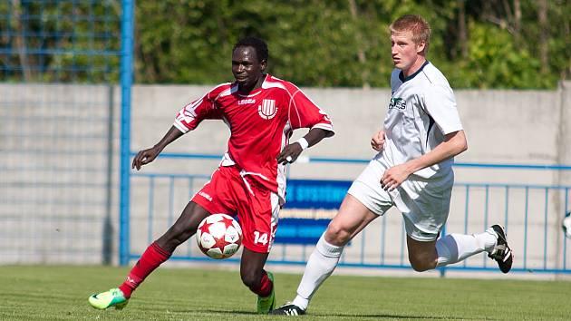 OPĚT BEZ BODU. Vilémov (v bílém proti Brozanům) prohrál 0:2 v Čelákovicích.