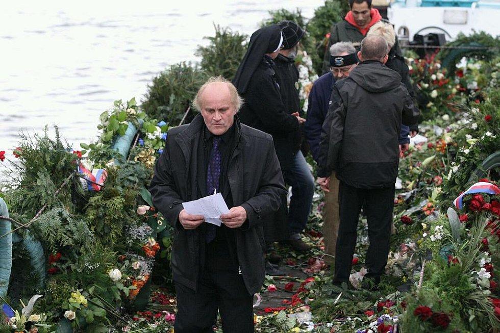 Květiny z pohřbu Václava Havla naházeli v Děčíně do Labe.