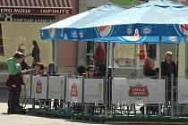 Děčínské restaurace už začínají nabízet i venkovní posezení.
