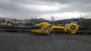 Vrtulník záchranářů v děčínské průmyslové zóně.