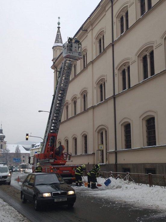 Likvidace rampouchů a sněhu ze střechy soudu.