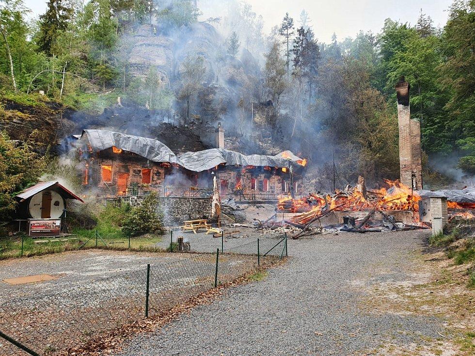 Na Tokáni hoří dvě historické chaty a les.