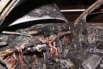 Žhář zapálil dvě auta u domu, který před časem také hořel.